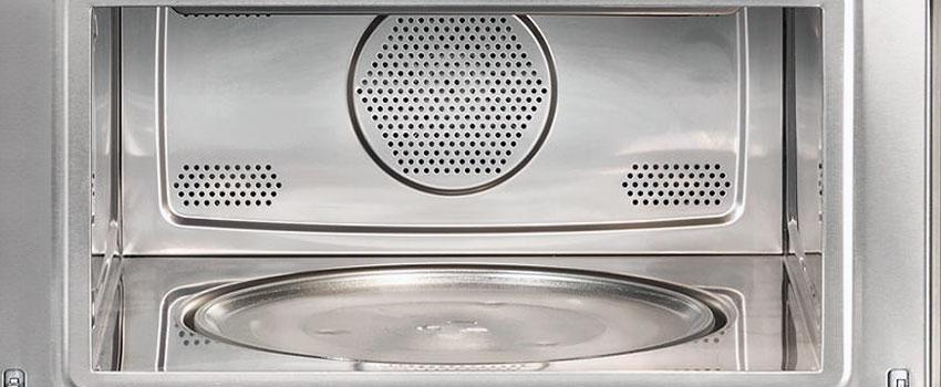 reluciente dentro de un horno de microondas
