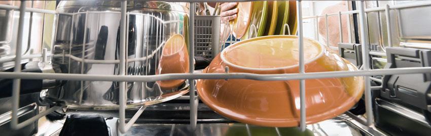 Cargue la rejilla inferior del lavavajillas de forma táctica
